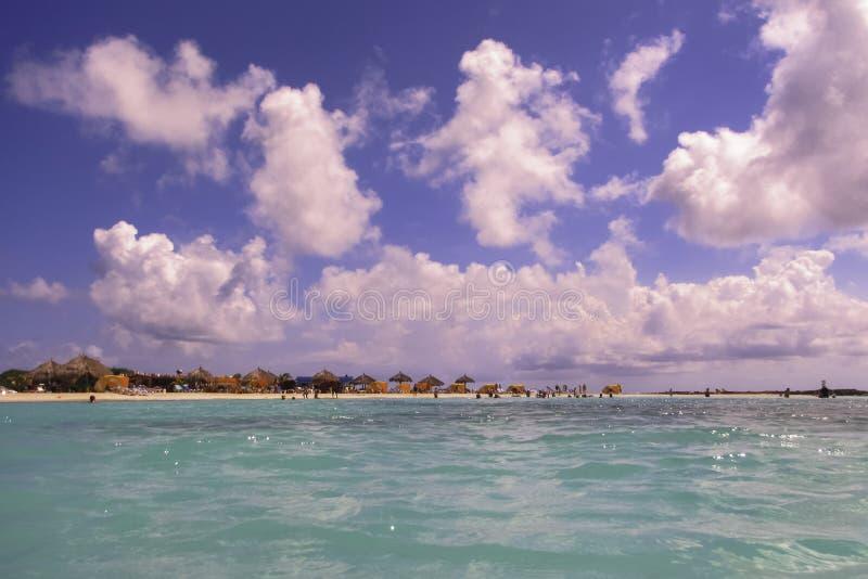 Océano verde y cielo azul en Aruba foto de archivo