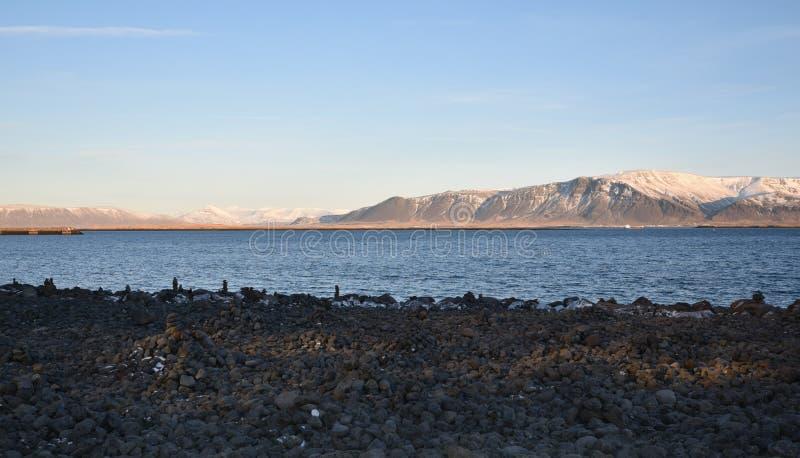 Océano y montañas más allá del viajero Reykjavik, Islandia de Sun imagen de archivo libre de regalías
