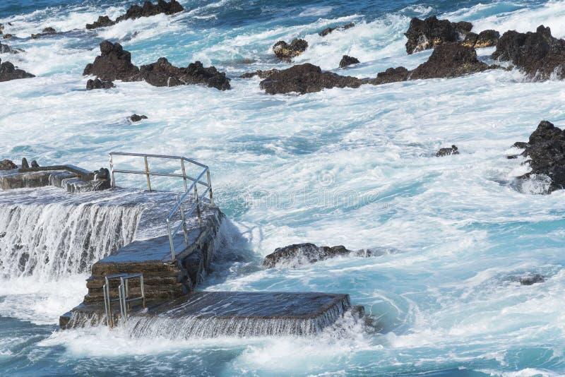 Oc?ano y ondas que inundan el embarcadero Agua y rocas hermosas paisaje hermoso de las islas Canarias foto de archivo libre de regalías