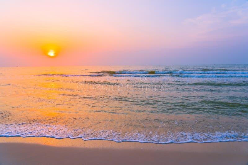 Océano y playa al aire libre del mar del paisaje hermoso en el tiempo de la salida del sol o de la puesta del sol fotografía de archivo libre de regalías