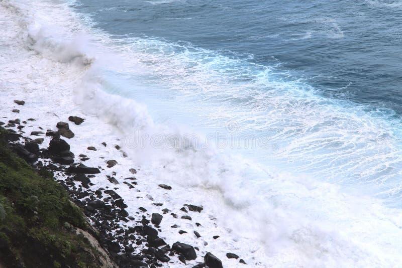 Oc?ano que dice con excesiva efusi?n azul Las ondas de la forma del oc?ano mucha espuma blanca imágenes de archivo libres de regalías