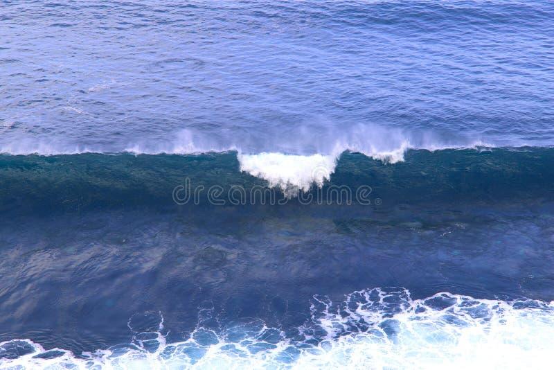 Oc?ano que dice con excesiva efusi?n azul Las ondas de la forma del oc?ano mucha espuma blanca imagen de archivo libre de regalías