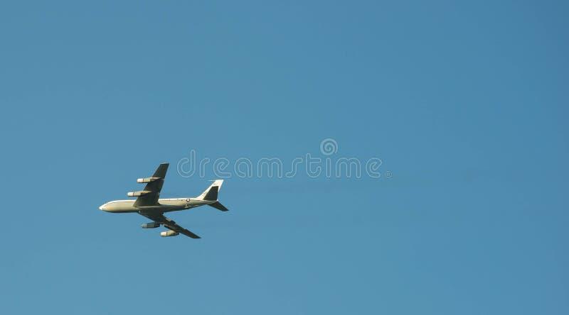 OC-135B samolot lata nad Omaha fotografia stock