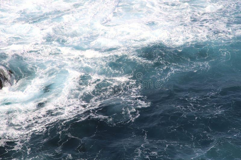 Oc?an de jaillissement bleu Les vagues de la forme d'oc?an beaucoup de mousse blanche photos libres de droits