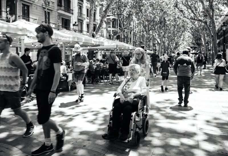 Ocals en toeristen die in centraal Barcelona op iconisch Ra lopen stock afbeelding