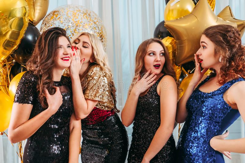 Ocasião do partido das meninas que sussurra a notícia surpreendente fotografia de stock
