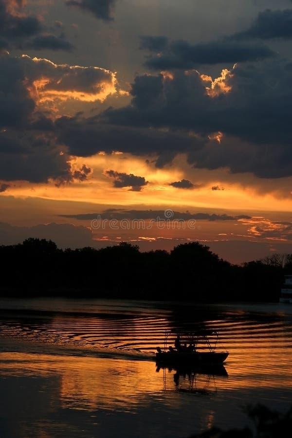 Ocaso en el río de Zambezi imágenes de archivo libres de regalías