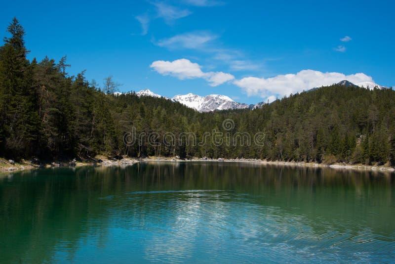 Ocaso fantástico en el lago Eibsee de la montaña, situado en Baviera, Alemania Escena inusual dramática Montañas, Europa foto de archivo libre de regalías