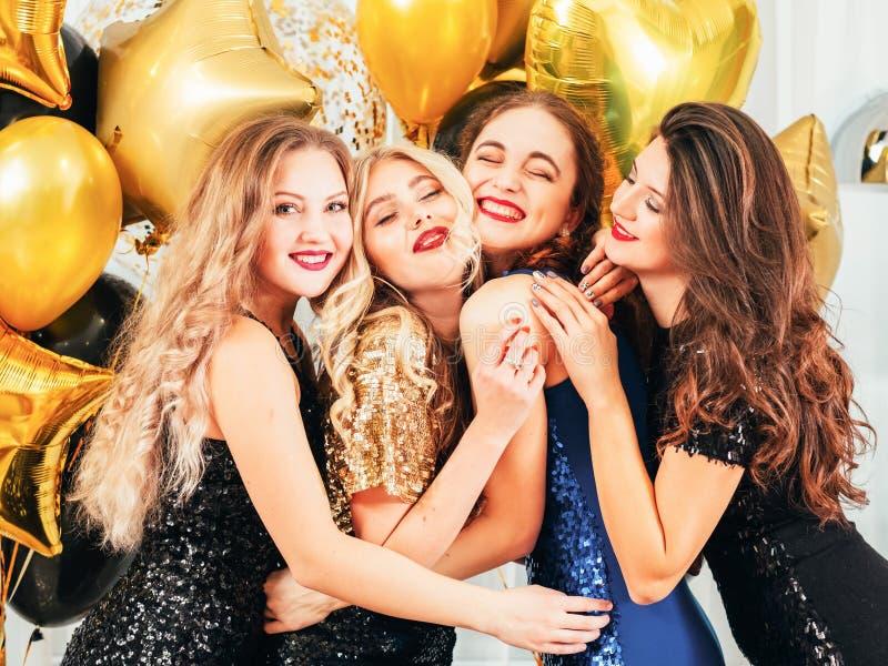 Occasion de fête de partie de fantaisie posant étreignant des filles image stock