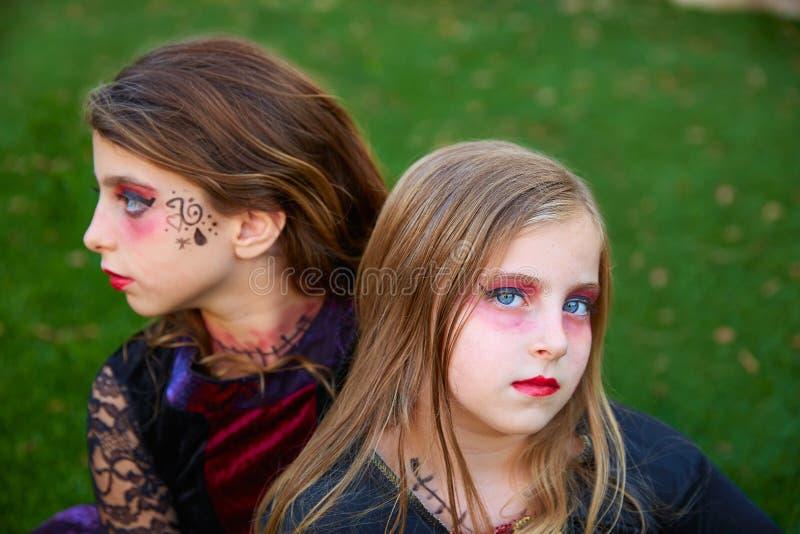 Occhi azzurri delle ragazze del bambino di trucco di Halloween in prato inglese all'aperto fotografia stock