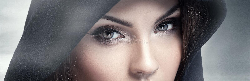 Occhi di Brown che esaminano macchina fotografica immagini stock libere da diritti