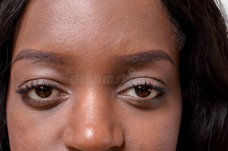 Occhi di giovane donna africana immagini stock
