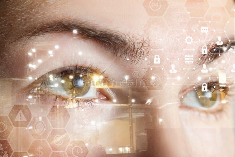 Occhi femminili umani dietro un sistema di sicurezza cyber del pettine immagine stock