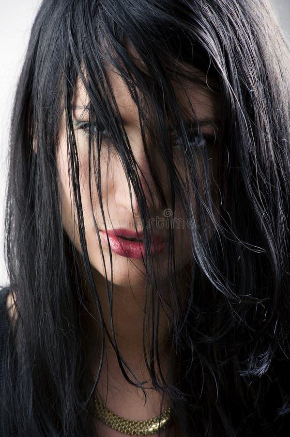 Occhi fra capelli immagine stock