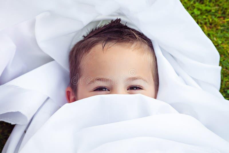 Occhi marroni sorridenti del ragazzino fotografia stock libera da diritti