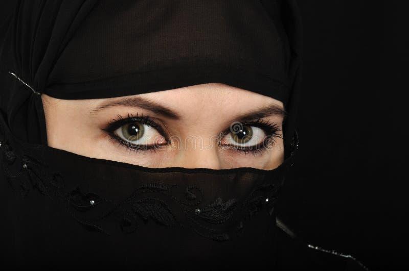 Occhi musulmani della donna immagine stock