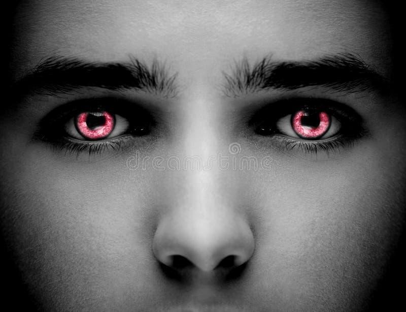 Occhi stranieri neri diabolici dello zombie o del vampiro Chiuda sul colpo fotografie stock