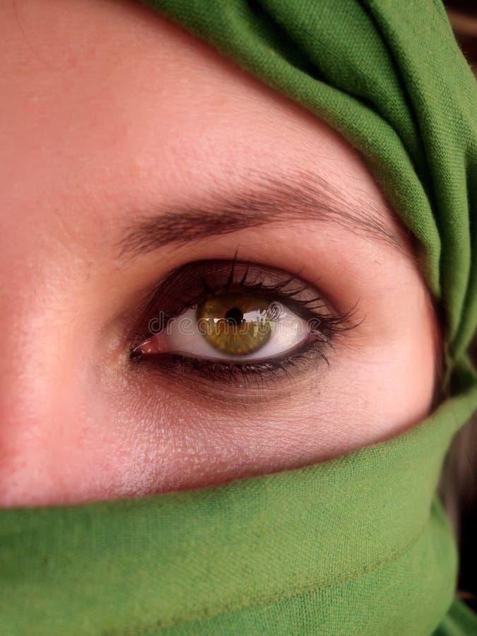 Occhi verdi intensi della ragazza araba fotografie stock libere da diritti