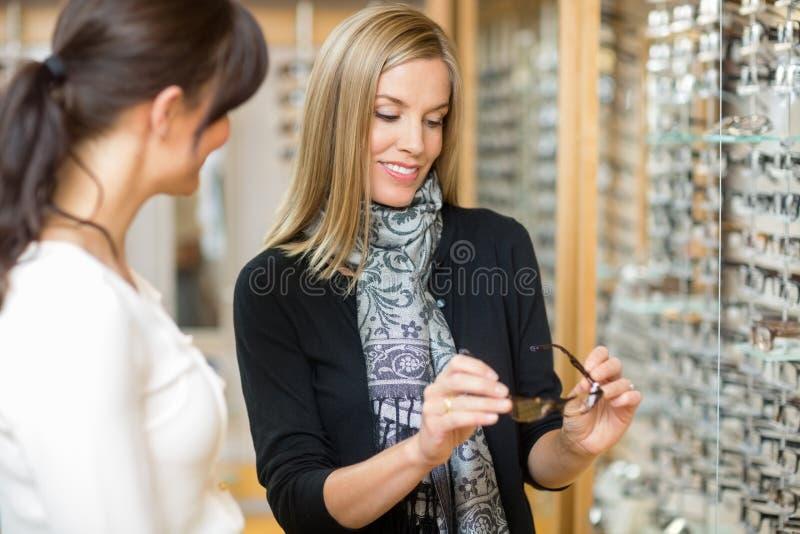 Occhiali d'esame della donna con la commessa fotografia stock libera da diritti