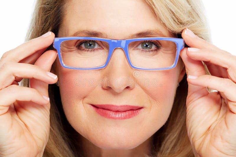 Occhiali d'uso della bella donna senior. fotografia stock libera da diritti