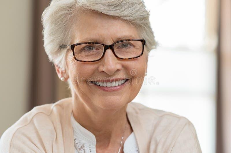 Occhiali d'uso della donna senior fotografie stock
