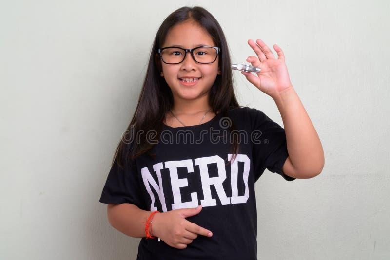 Occhiali d'uso della giovane ragazza asiatica sveglia del nerd fotografie stock libere da diritti
