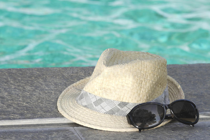 Download Occhiali Da Sole Con Il Cappello Immagine Stock - Immagine di nero, nuotata: 30829705