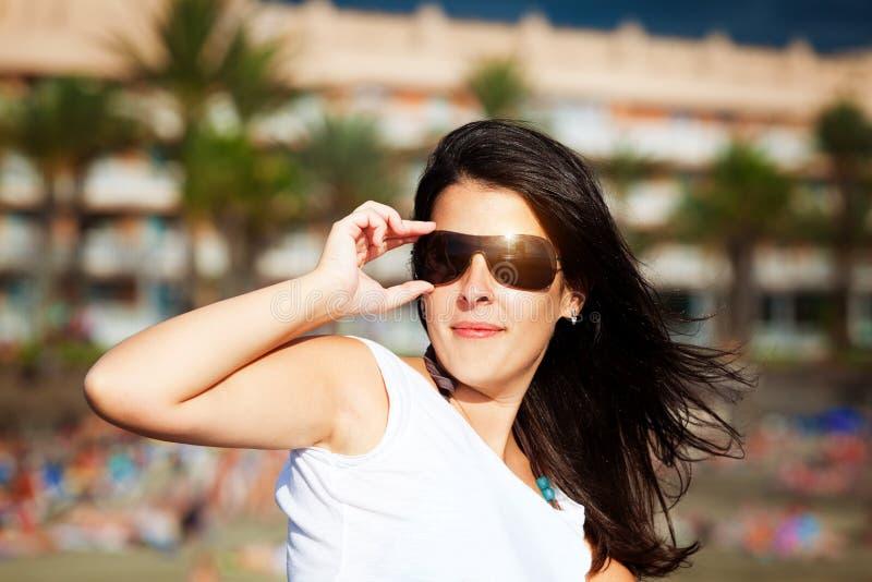 Occhiali da sole d'uso castana svegli fotografie stock libere da diritti