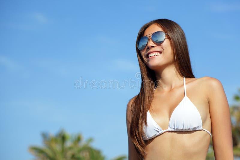 Occhiali da sole d'uso della donna asiatica del bikini fotografie stock libere da diritti