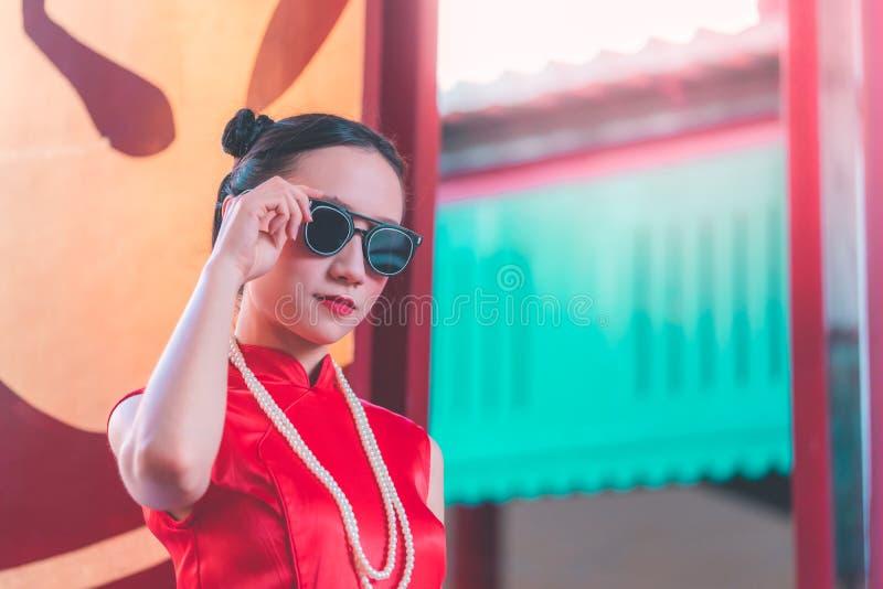 Occhiali da sole d'uso della donna cinese del gangster come capo immagini stock