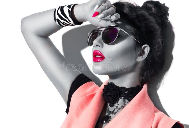 Occhiali da sole d'uso della ragazza del modello di moda di bellezza immagine stock