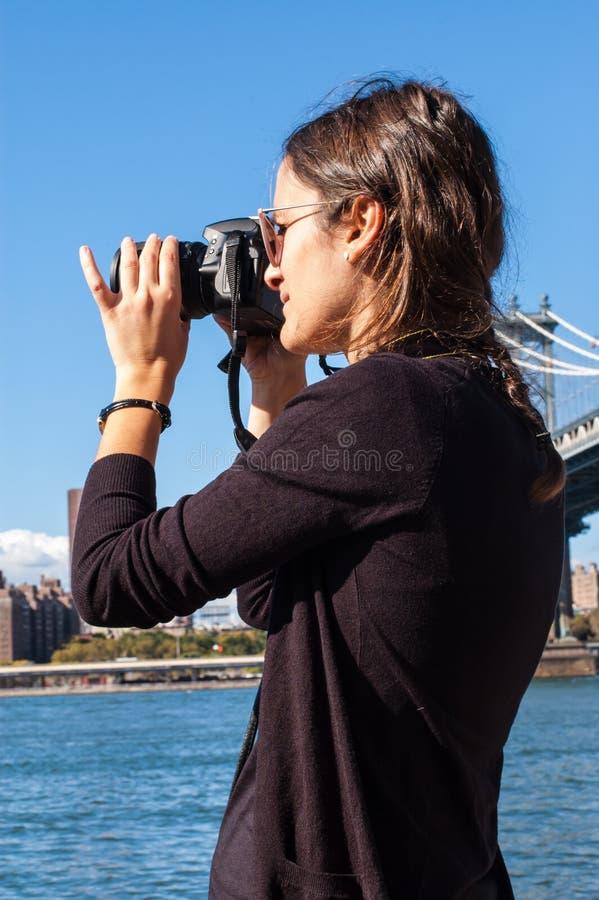 Occhiali da sole d'uso di modello che prendono immagine con un riflesso immagine stock libera da diritti