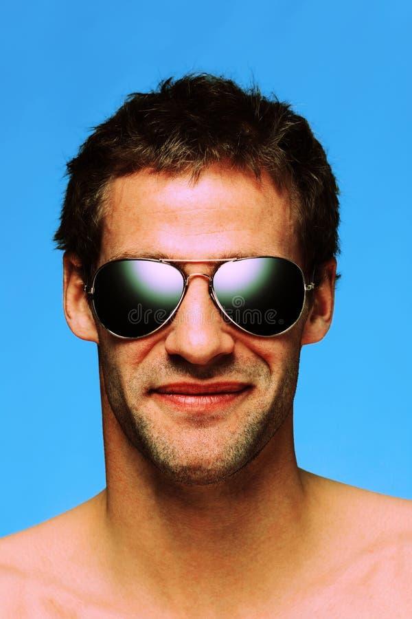 Occhiali da sole da portare dell'aviatore dell'uomo immagini stock libere da diritti