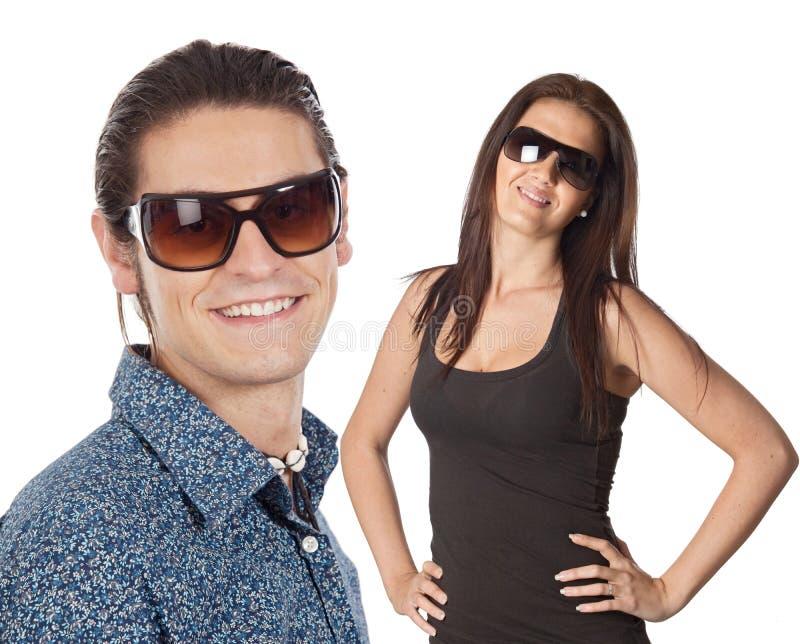 Occhiali da sole da portare delle giovani coppie fotografie stock