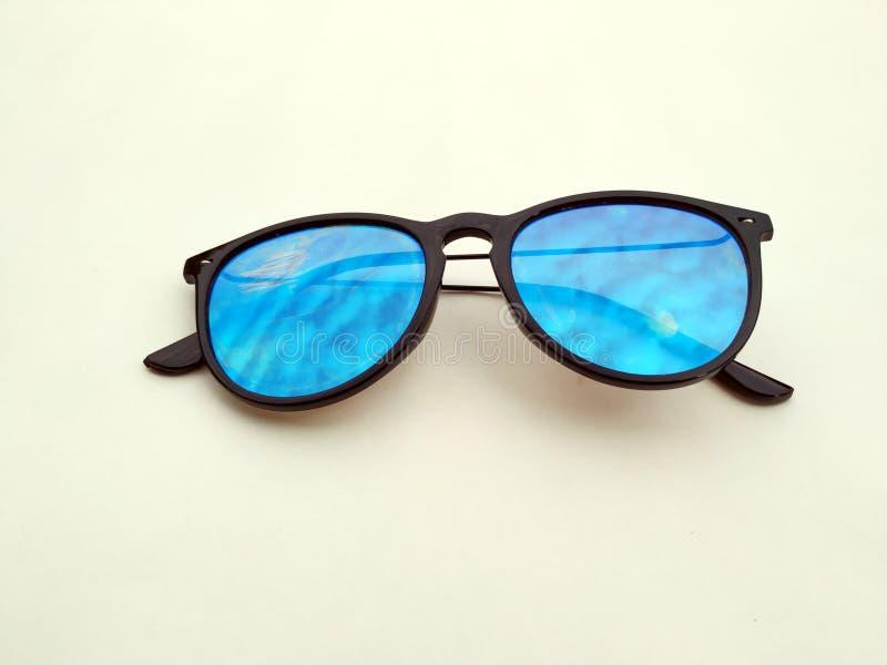 Occhiali da sole dei bambini, parasoli o fondo del onyellow degli occhiali Colori la protezione di vetro del bambino dal sole e d fotografia stock