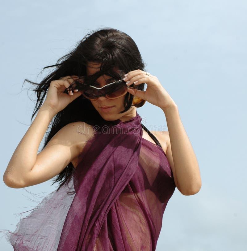occhiali da sole della ragazza di modo fotografie stock