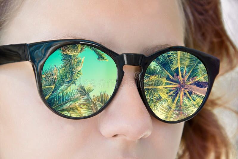 Occhiali da sole della ragazza, riflessione delle palme, concetto di estate immagini stock libere da diritti