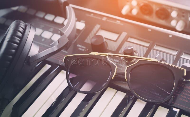 Occhiali da sole di modo nello studio di musica da ballo fotografie stock libere da diritti