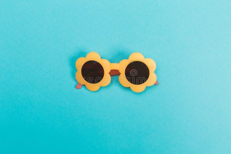 Occhiali da sole freschi su un fondo del blu di bambino fotografie stock libere da diritti