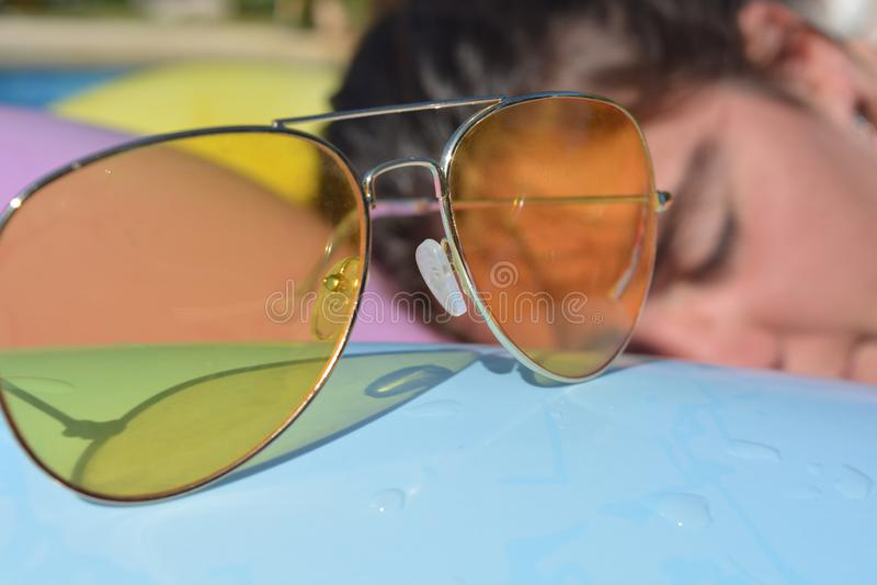 Occhiali da sole gialli e ritratto schietto della donna millenaria fotografie stock libere da diritti