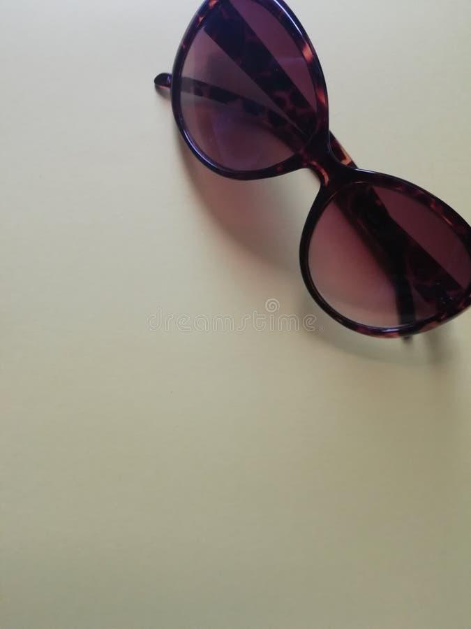 Occhiali da sole neri alla moda isolati su fondo bianco, vista superiore fotografie stock