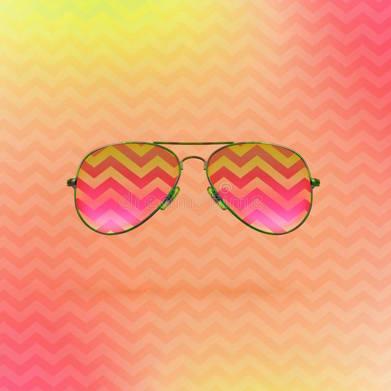 Occhiali da sole rosa luminosi sul fondo del getto con l'ornamento di zigzag royalty illustrazione gratis