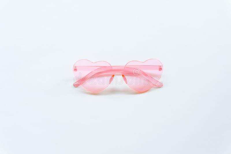 Occhiali da sole rosa su fondo bianco immagini stock libere da diritti
