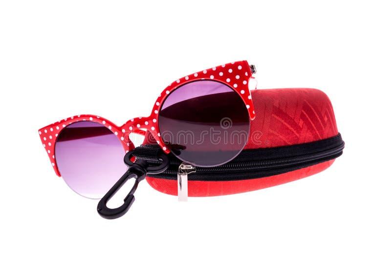 Occhiali da sole rossi con il caso fotografie stock