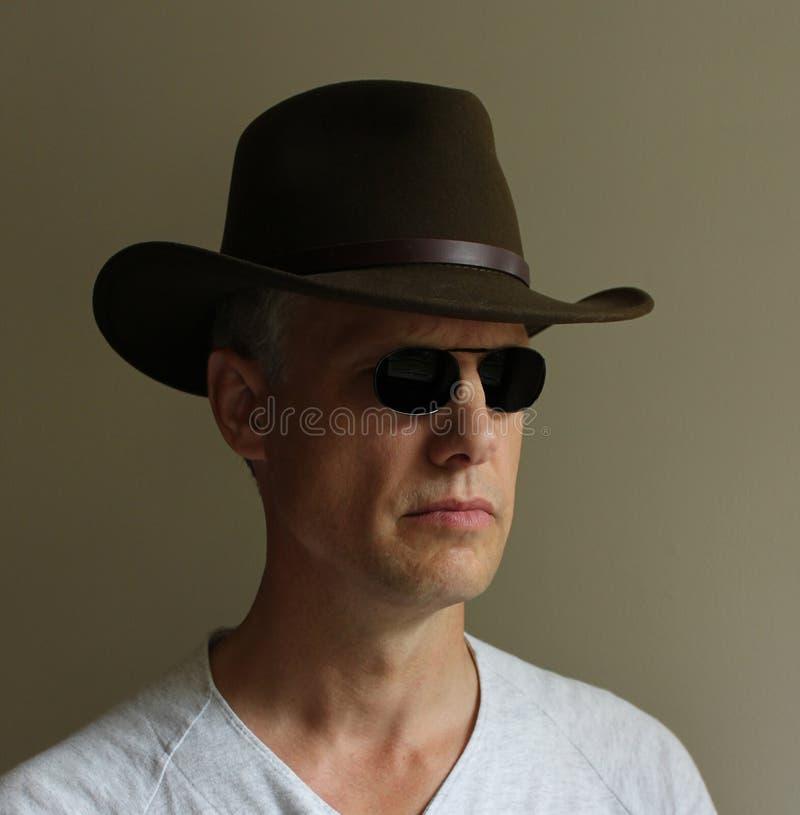Download Occhiali Da Sole Verdi Dell'uomo Del Cappello Fotografia Stock - Immagine di fotografia, sunglasses: 55356266