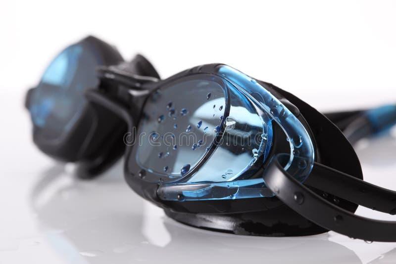 Occhiali di protezione bagnati di nuoto immagini stock