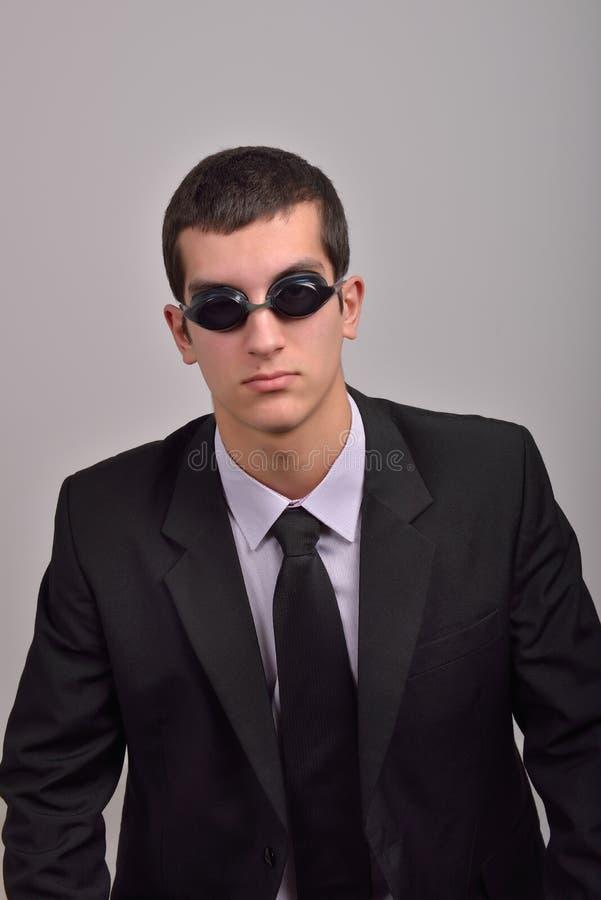 Occhiali di protezione d'uso dell'uomo d'affari riuscito per acqua, pensanti al va fotografie stock libere da diritti