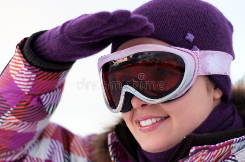 Occhiali di protezione da portare felici sorridenti del pattino della giovane donna fotografie stock