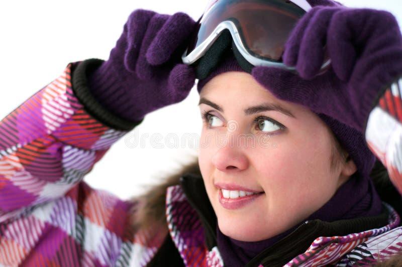Occhiali di protezione da portare felici sorridenti del pattino della giovane donna immagini stock libere da diritti
