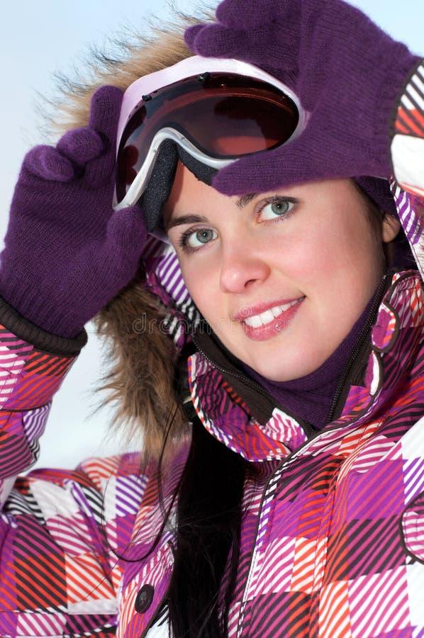 Occhiali di protezione da portare felici sorridenti del pattino della giovane donna immagine stock